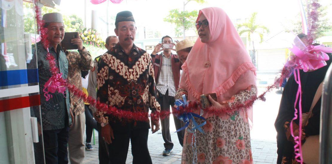 Koordinator Pusat Komunitas (KPK) Koperasi Syariah 212, Eka Rusmiyanti meresmikan gerai 212 Mart GMS Waru 2, Sidoarjo, Jawa Timur, Ahad (8/9/2019). Foto: Eka Rusmiyanti